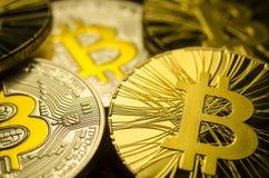 Macro vue des pièces de monnaie brillantes avec le symbole de Bitcoin sur le fond foncé Image stock