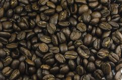 Macro vue en gros plan de beaucoup de grains de café s'étendant sur la table Image libre de droits