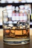 Macro whiskey su ghiaccio Immagini Stock