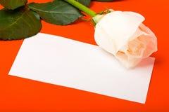 Macro wit nam op rood met lege kaart toe Royalty-vrije Stock Afbeeldingen