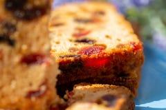 Macrobeeld van de vruchten van een cakeplak Fruitcake met kers en druiven stock afbeeldingen