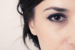 Macrobeeld van een bruin oog Mooie Dame Stock Afbeeldingen