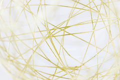Macrobeeld van een gouden bal van het draadnetwerk stock foto's
