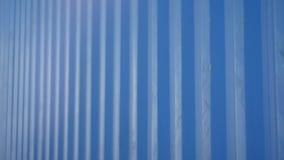 Macrocamerabewegingen langs de Blauwe Geribbelde Kant van de Ladingscontainer stock footage