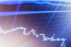Macroclose-up Markt het handelscherm Fundamenteel en technisch analyseconcept Effectenbeurscitaten op vertoning Het blauwe scherm stock afbeeldingen