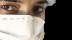 Macroclose-up van menselijk oog Een mens in een medisch masker en een GLB Bezige chirurgie stock video