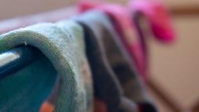 Macrodetail die van geweven enkelsok dicht omhoog, op een wasserijrek drogen, met vage slecht gecombineerde achtergrond van ander royalty-vrije stock fotografie