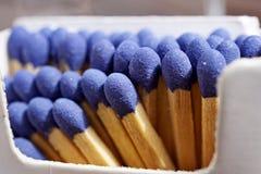 Macrodetail van de stokken van de veiligheidsgelijke met blauwe hoofden in het document gelijkevakje & x28; matchbox& x29; in vor Stock Afbeelding