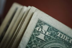 Macrodetail van een één dollarbankbiljet op een rij met veel andere bankbiljetten Stock Foto's