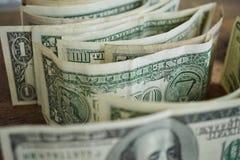 Macrodetail van een honderd dollarbankbiljet op een rij met veel andere bankbiljetten Stock Foto