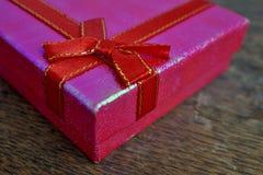 Macrodetail van een rood lint met het gouden stikken die roze aanwezige Kerstmis verpakken Stock Afbeeldingen