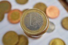 Macrodetail van een zilveren en gouden muntstuk in een waarde van één Euro Europese munt, EUR op de bovenkant van muntstukken` st Royalty-vrije Stock Foto
