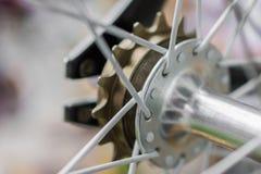 Macrodetail van een zwarte vork op een fixiefiets stock afbeeldingen