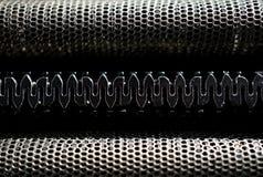Macrodetail van zwart en zilveren hoofd van een het scheren machine met zijn scherpe scheermesjes achter het geperforeerde metaal Stock Foto
