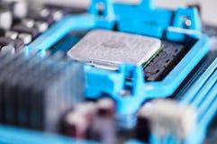 MacrodieFotografiemicroprocessor op motherboard wordt geïnstalleerd stock afbeeldingen