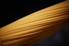Macrofoto van een gele spaghetti op een zwarte achtergrond Royalty-vrije Stock Foto's