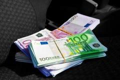 Macrofoto van een pak van geld EUR op een autozetel stock afbeelding