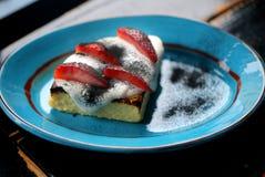 Macrofoto van heerlijke verse braadpan met strawberrie stock foto's