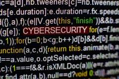 Macrofoto van het computerscherm met programma broncode en benadrukte CYBERSECURITY-inschrijving in het midden manuscript Stock Afbeeldingen