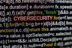 Macrofoto van het computerscherm met programma broncode en benadrukte CYBERSECURITY-inschrijving in het midden manuscript Stock Foto