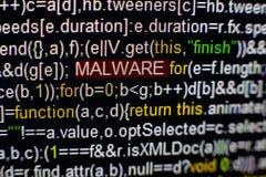 Macrofoto van het computerscherm met programma broncode en benadrukte MALWARE-inschrijving in het midden Manuscript op Stock Foto's