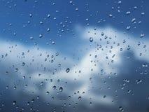 Macrofotografie van regendalingen op het glas op een onscherpe achtergrond van skyy Textuur in donkere en oranje tonen royalty-vrije stock foto's