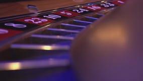 Macromening over een Roulettewiel in een casino - de bal valt op gebied 16 rood stock video