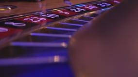 Macromening over een Roulettewiel in een casino - de bal valt op gebied 8 zwarte stock video