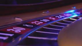 Macromening over een Roulettewiel in een casino - koel perspectief stock video