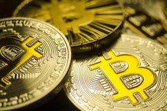 Macromening van glanzende muntstukken met Bitcoin-symbool op donkere achtergrond Stock Afbeelding