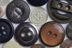 Macromening van knopen en bevestigingsmiddelen met geassorteerde kleuren en texturen royalty-vrije stock afbeelding