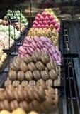 Macrons montrés dans la pâtisserie parisienne Image stock
