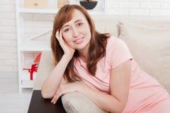 Macroportret van glimlachende dame Aantrekkelijke en mooie midden oude vrouwenzitting op bank en thuis het ontspannen menopause Stock Foto's