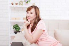 Macroportret van glimlachende dame Aantrekkelijke en mooie midden oude vrouwenzitting op bank en thuis het ontspannen menopause D Stock Fotografie