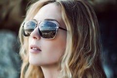 Macroportret van vrouwengezicht die zonnebril met bezinning dragen Stock Afbeelding