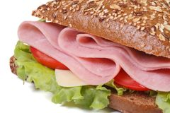 Macrosandwich met geïsoleerde ham, kaas, tomaten en sla Royalty-vrije Stock Foto