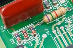 Macroschot van gedrukte kringsraad (PCB) met weerstanden, dioden Stock Afbeeldingen