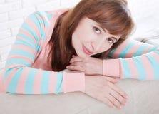 Macrovrouwengezicht Portret van het glimlachen de achtergrond van de middenleeftijdsvrouw thuis menopause Selectieve nadruk Moede Stock Foto's