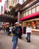 Macy的NYC节假日Windows 免版税图库摄影