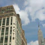 Macy `与帝国大厦,纽约, NYC,美国的s先驱广场 免版税库存照片