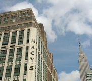 Macy `与帝国大厦,纽约, NYC,美国的s先驱广场 库存图片