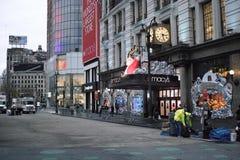 Macy-` s Eingang mit Feiertags-Fensteranzeige der Leute aufpassender Lizenzfreies Stockbild