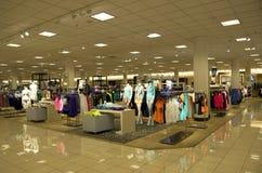 Macy's-Kaufhausfrauenkleidung stockfotos