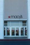 Macys logotecken på ingången Arkivfoto