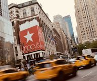 Macys-Speicher-New- York Cityeinkaufsanziehungskraft Sepia Tone Background stockfoto
