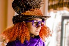 Mad Hatter样式帽子和头发的青少年的男孩 免版税图库摄影