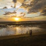 Madagascar strandsolnedgång på en gul vanlig strand Arkivfoto