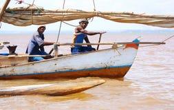 Madagassisk fiskarerad på en liten segelbåt Arkivbilder