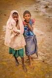 Madagassiska flickor i gyttjan Arkivbilder