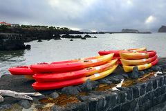 MADALENA, ΠΟΡΤΟΓΑΛΙΑ - 2 ΑΥΓΟΎΣΤΟΥ 2017: Χρωματισμένες βάρκες στη Madalena do Pico στοκ φωτογραφία με δικαίωμα ελεύθερης χρήσης